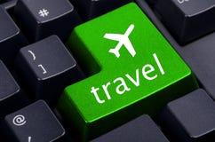 Πράσινο κουμπί ταξιδιού στο πληκτρολόγιο Στοκ Φωτογραφίες