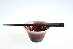 Πράσινο κόκκινο κεραμικό κύπελλο με ξύλινα chopsticks Στοκ φωτογραφίες με δικαίωμα ελεύθερης χρήσης