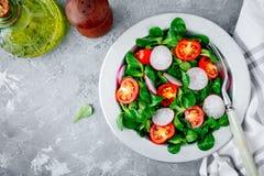 Πράσινο κύπελλο μαρουλιού σαλάτας με τις ντομάτες και το ραδίκι Στοκ Εικόνα