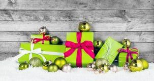 Πράσινο μήλου διακοσμήσεις Χριστουγέννων στο χιόνι Στοκ εικόνα με δικαίωμα ελεύθερης χρήσης