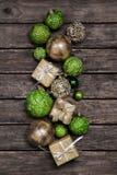 Πράσινο μήλου χριστουγεννιάτικα δώρα με μια άσπρη κορδέλλα ελέγχου σε παλαιό Στοκ Εικόνες