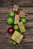 Πράσινο μήλου χριστουγεννιάτικα δώρα με μια κόκκινη άσπρη κορδέλλα ελέγχου επάνω Στοκ Εικόνα