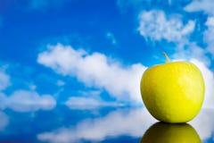 Πράσινο μήλο ενάντια στο μπλε ουρανό Στοκ Εικόνες