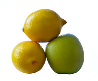 Πράσινο μήλο και δύο λεμόνια Στοκ φωτογραφία με δικαίωμα ελεύθερης χρήσης