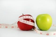 Πράσινο μήλο, κόκκινο μήλο διατροφή έννοιας σε ένα ξύλινο πάτωμα Στοκ Εικόνες