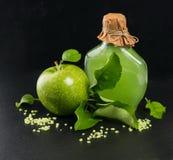 Πράσινο μήλο με τη SPA και τα aromatherapy εξαρτήματα Στοκ Φωτογραφίες