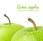Πράσινο μήλο με τις πτώσεις νερού σε ένα άσπρο υπόβαθρο Στοκ εικόνα με δικαίωμα ελεύθερης χρήσης
