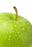 Πράσινο μήλο με τις πτώσεις νερού σε ένα άσπρο υπόβαθρο Στοκ Φωτογραφίες