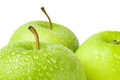 Πράσινο μήλο με τις πτώσεις νερού σε ένα άσπρο υπόβαθρο Στοκ Εικόνες