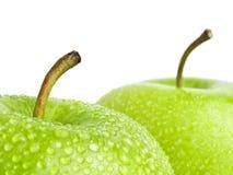 Πράσινο μήλο με τις πτώσεις νερού σε ένα άσπρο υπόβαθρο Στοκ φωτογραφίες με δικαίωμα ελεύθερης χρήσης