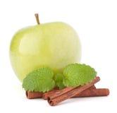 Πράσινο μήλο, ραβδιά κανέλας και ζωή φύλλων μεντών ακόμα Στοκ φωτογραφίες με δικαίωμα ελεύθερης χρήσης