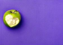 Πράσινο μήλο σε ένα πορφυρό χαλί γιόγκας Ικανότητα με την ευχαρίστηση Αγάπη Στοκ Εικόνα