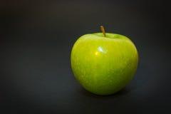 Πράσινο μήλο στο μαύρο υπόβαθρο Στοκ φωτογραφίες με δικαίωμα ελεύθερης χρήσης
