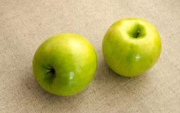 Πράσινο μήλο δύο που βρίσκεται σε έναν πίνακα Στοκ φωτογραφίες με δικαίωμα ελεύθερης χρήσης