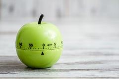 Πράσινο μαγειρεύοντας χρονόμετρο κουζινών με τη μορφή της Apple στο άσπρο υπόβαθρο Στοκ Εικόνες