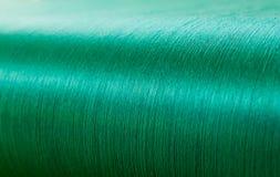 Πράσινο μετάξι σε έναν στρεβλώνοντας αργαλειό ενός υφαντικού μύλου Στοκ Εικόνα
