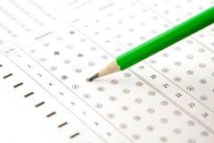 Πράσινο μολύβι και οι απαντήσεις στοκ φωτογραφία με δικαίωμα ελεύθερης χρήσης
