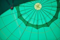 Πράσινο μπαλόνι από το εσωτερικό, με τα σχοινιά στοκ εικόνες