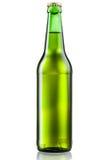 Πράσινο μπουκάλι της μπύρας που απομονώνεται στο λευκό στοκ φωτογραφία με δικαίωμα ελεύθερης χρήσης