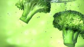 Πράσινο μπρόκολο στο νερό απόθεμα βίντεο