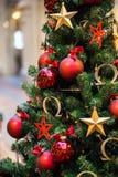Πράσινο νέο δέντρο έτους που διακοσμείται Στοκ Εικόνες