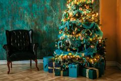 Πράσινο νέο δέντρο έτους που διακοσμείται Στοκ φωτογραφίες με δικαίωμα ελεύθερης χρήσης