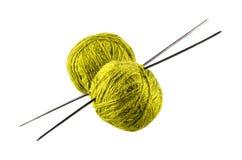 πράσινο νήμα για το πλέξιμο με τα spokes Στοκ φωτογραφία με δικαίωμα ελεύθερης χρήσης