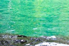 Πράσινο νερό κρυστάλλου υποβάθρου Στοκ φωτογραφία με δικαίωμα ελεύθερης χρήσης