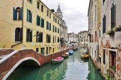 Πράσινο νερό Aqua των καναλιών στη Βενετία το χειμώνα Στοκ εικόνες με δικαίωμα ελεύθερης χρήσης