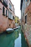 Πράσινο νερό Aqua των καναλιών στη Βενετία το χειμώνα Στοκ φωτογραφίες με δικαίωμα ελεύθερης χρήσης