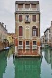 Πράσινο νερό Aqua των καναλιών στη Βενετία το χειμώνα Στοκ Φωτογραφία