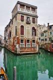 Πράσινο νερό Aqua των καναλιών στη Βενετία το χειμώνα Στοκ Φωτογραφίες