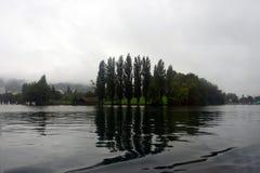 Πράσινο νησί στη μέση μιας λίμνης Στοκ φωτογραφία με δικαίωμα ελεύθερης χρήσης