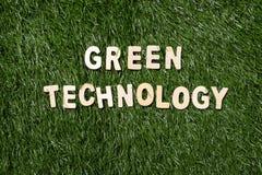 Πράσινο ξύλινο σημάδι τεχνολογίας στη χλόη Στοκ Εικόνες