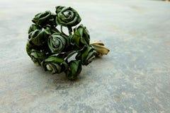 Πράσινο λουλούδι στο πάτωμα τσιμέντου στοκ εικόνα με δικαίωμα ελεύθερης χρήσης