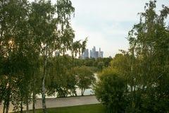 Πράσινο πάρκο στην εποχή άνοιξης στο οικονομικό κέντρο πόλεων της Μόσχας, σύγχρονο τοπίο, citylife έννοια, καμία Στοκ εικόνα με δικαίωμα ελεύθερης χρήσης
