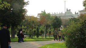 Πράσινο πάρκο στην παλαιά πόλη με την μπαρόκ αρχιτεκτονική, ήλιος Βιέννη απόθεμα βίντεο