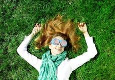 πράσινο πάρκο ψεμάτων χλόης κοριτσιών Στοκ Φωτογραφίες