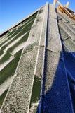 Πράσινο παγωμένο πρωί κεραμιδιών στη στέγη του σπιτιού στοκ εικόνες