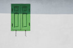 Πράσινο παράθυρο σε έναν άσπρο τοίχο Στοκ Εικόνες