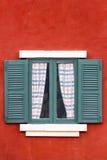 Πράσινο παράθυρο στον κόκκινο τοίχο Στοκ Φωτογραφία