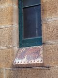 Πράσινο παράθυρο στο ιστορικό κτήριο ψαμμίτη στοκ φωτογραφία
