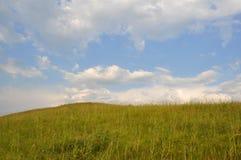 Πράσινο πεδίο χλόης και φωτεινός μπλε ουρανός Στοκ φωτογραφία με δικαίωμα ελεύθερης χρήσης