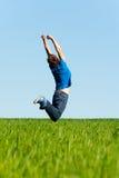 πράσινο πηδώντας άτομο πεδί& Στοκ φωτογραφία με δικαίωμα ελεύθερης χρήσης