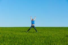 πράσινο πηδώντας άτομο πεδί& Στοκ εικόνα με δικαίωμα ελεύθερης χρήσης