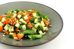 Πράσινο πιάτο με μια υγιή σαλάτα που απομονώνεται στο άσπρο υπόβαθρο στοκ φωτογραφίες
