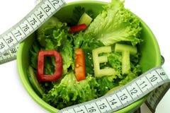 Πράσινο πιάτο με τη διατροφή λέξης που αποτελείται από τις φέτες στοκ εικόνες με δικαίωμα ελεύθερης χρήσης
