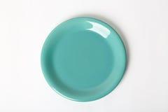 Πράσινο πιάτο. Στην άσπρη ανασκόπηση Στοκ φωτογραφία με δικαίωμα ελεύθερης χρήσης