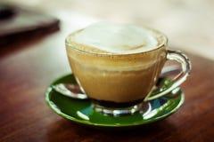 Πράσινο πιατάκι κουπών καφέ Στοκ Εικόνες