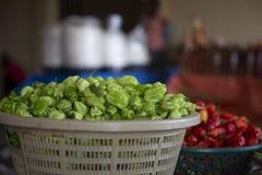 Πράσινο πιπέρι σε ένα καλάθι από την αγορά της Γκάνας στοκ φωτογραφίες